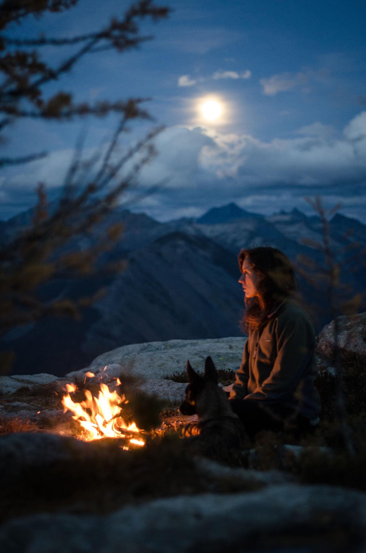 Фото в лесу девушек у костра